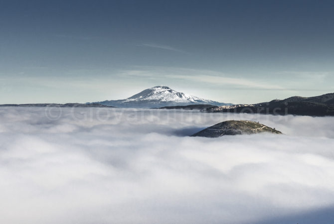 Nebbie sulle colline di Ragusa mostrano l'Etna